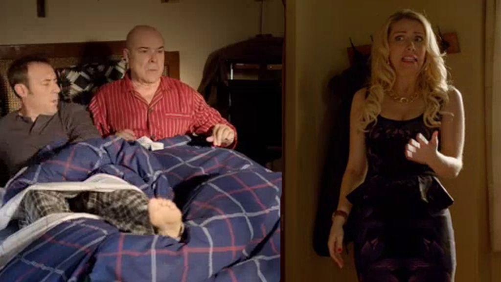 Gloria pilla a Paco y a Julián en la cama