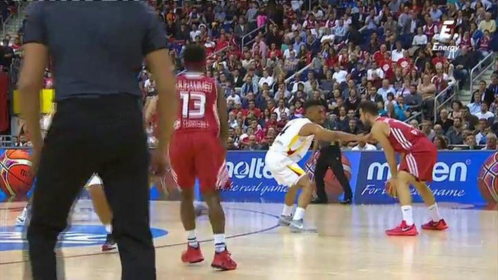 Un jugador turco da cinco pasos antes de botar... ¡Y encima le protesta al árbitro!