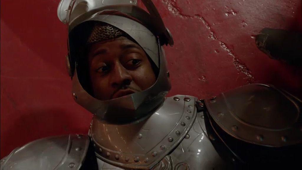 Beckett lucha con el principal sospechoso mientras Castle se troncha de la risa