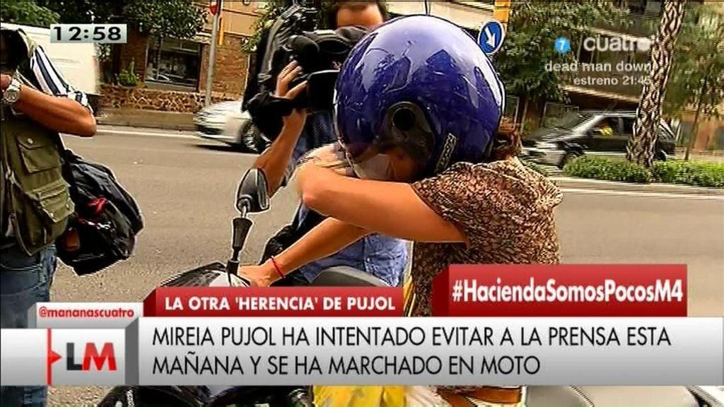 Una hija de Jordi Pujol 'huye' en su moto al ver a la prensa