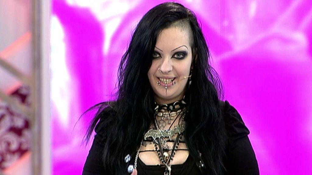 Francesca, la gótica que quería ser más gótica bifurcándose la lengua