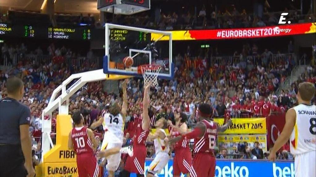 Nowitzki hace un reverso en el poste bajo, finta, y saca el 2+1 a los turcos