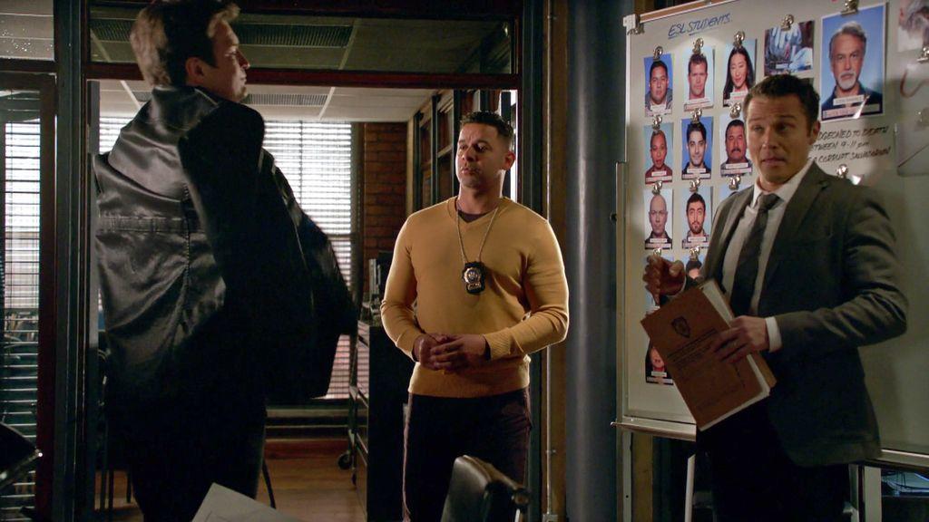"""Castle tiene un pequeño accidente en la comisaría: """"Excusez-moi"""""""