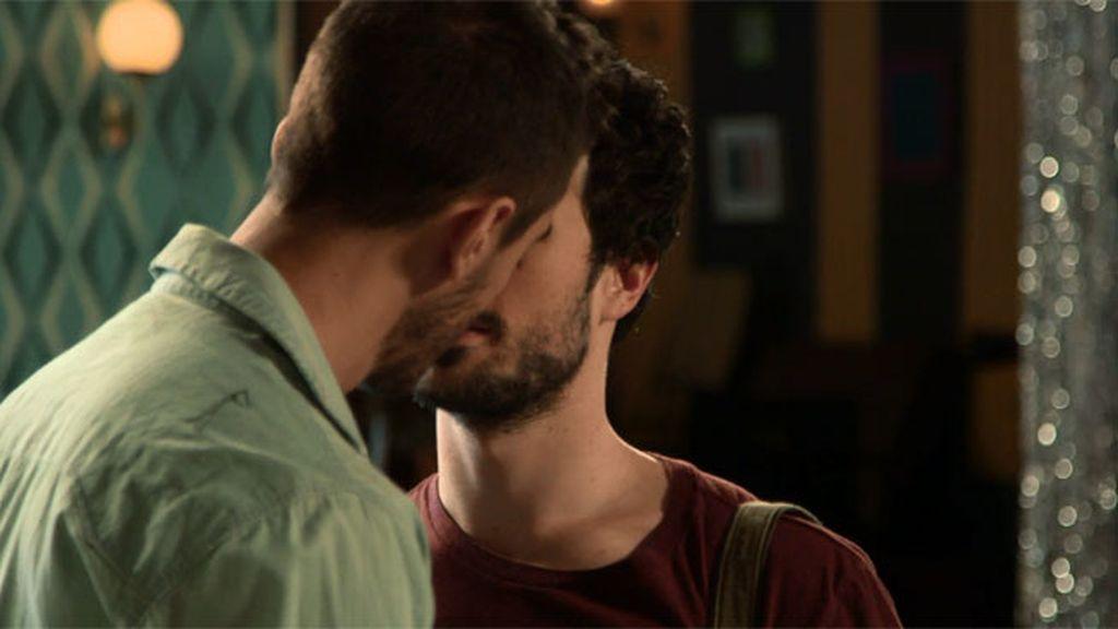 ¡Néstor y Lope, a punto de besarse!