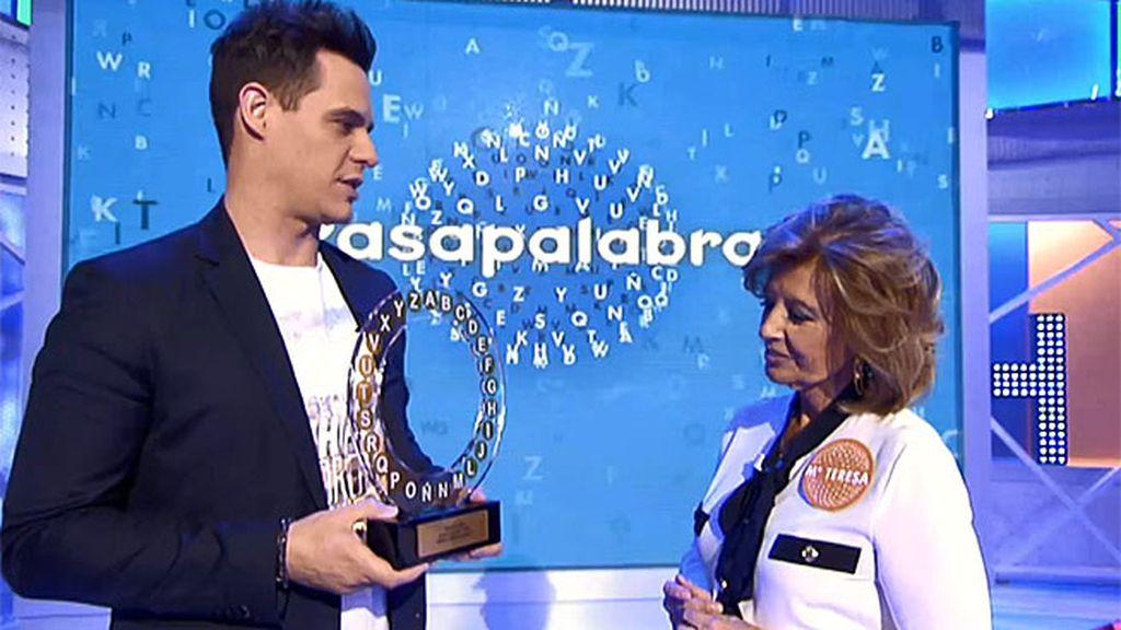 Christian Gálvez le entrega el Rosco de oro 20106 a María Teresa Campos