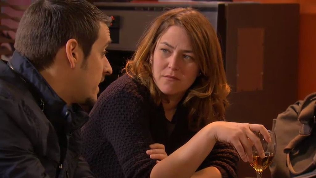 Lucía queda con un policía y le planta porque le da miedo su pistola
