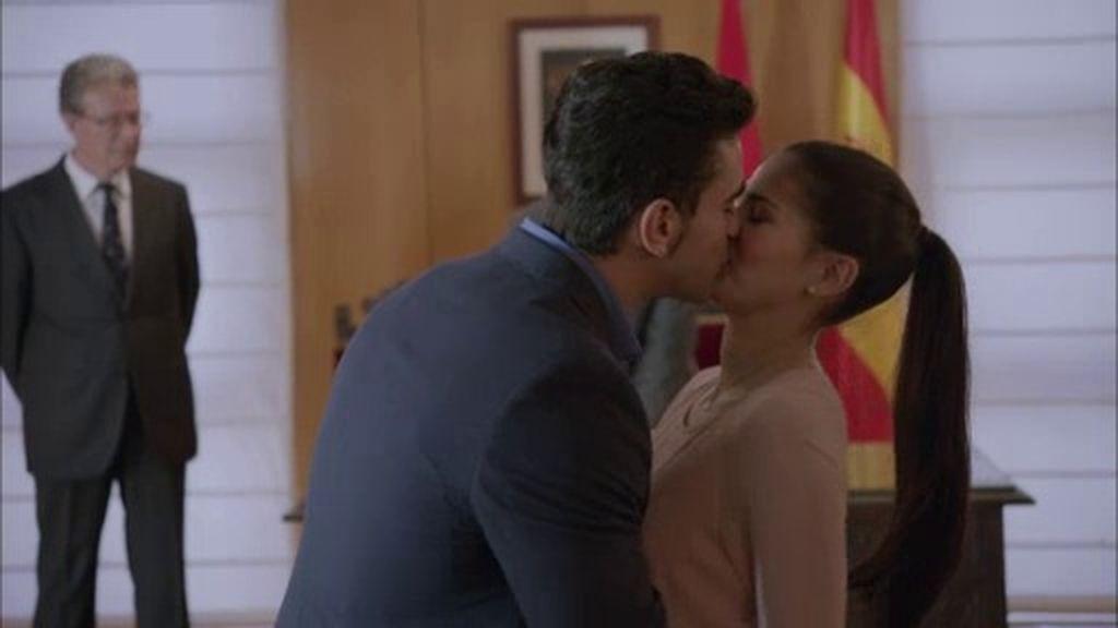 Hugo sorprende a Cayetana con una petición de matrimonio antes de huir del país