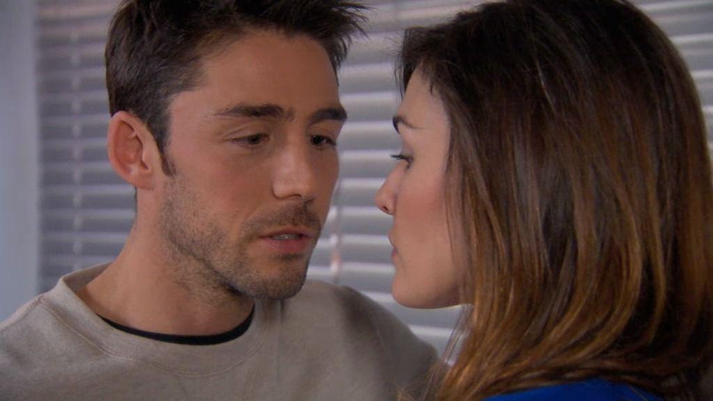 Natalia se entera de que Raúl es su admirador anónimo