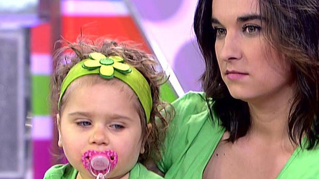 Los padres de Gisela, una niña que padece el síndrome de Rett, piden ayuda para su hija