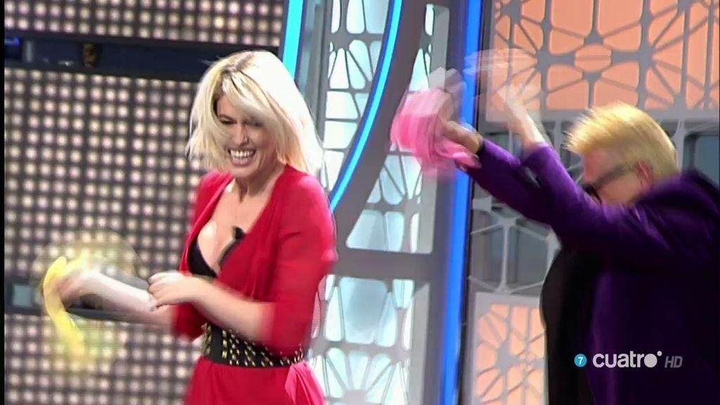 Adriana Abenia y Charly se baten en un duelo de guantes de goma