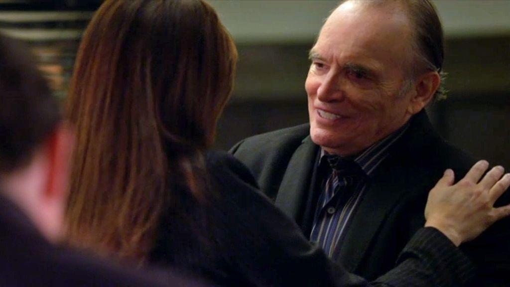 El asesinato vuelve a reunir a Alex con su padre, un policía retirado