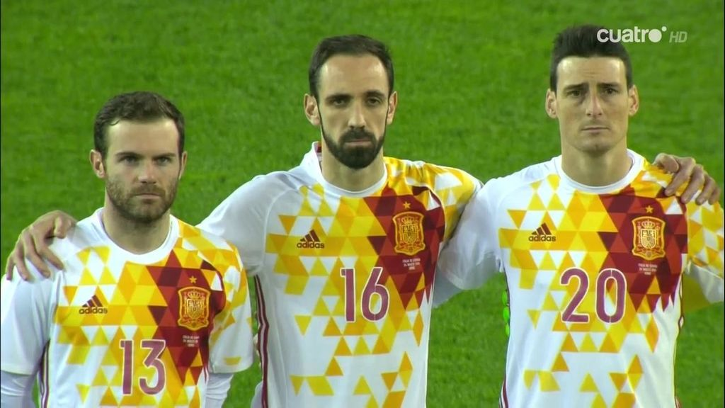 Italia y España guardan un minuto de silencio y la grada aplaude de forma espontanéa