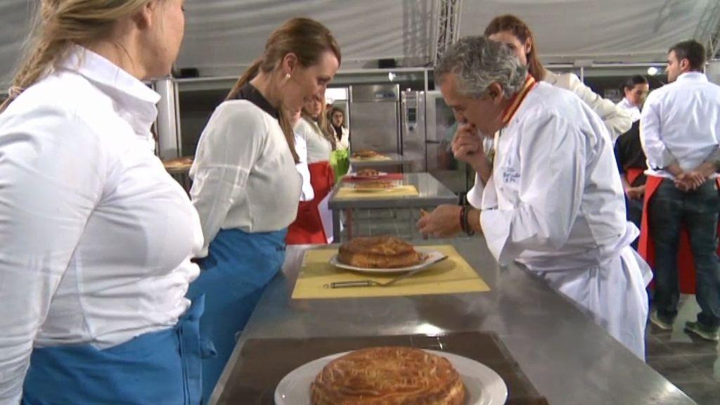 Paco Torreblanca prueba las 'Galletas de Reyes' de los aspirantes