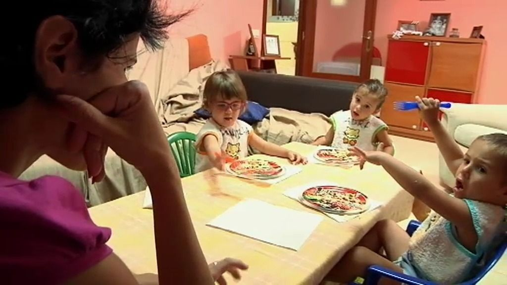 Tamara y Luis consiguen que los trillizos aprendan a comer solos