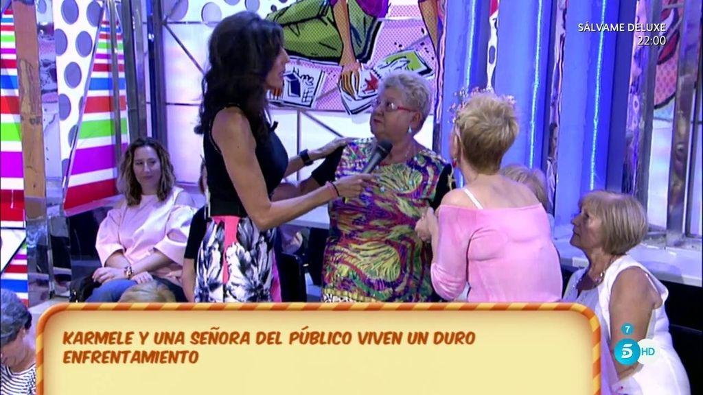 Karmele Marchante se disculpa con Sabina, una señora del público