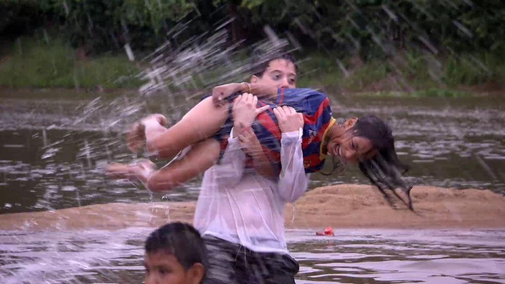 ¡Las novicias lavan en un río con pirañas, caimanes y boas!