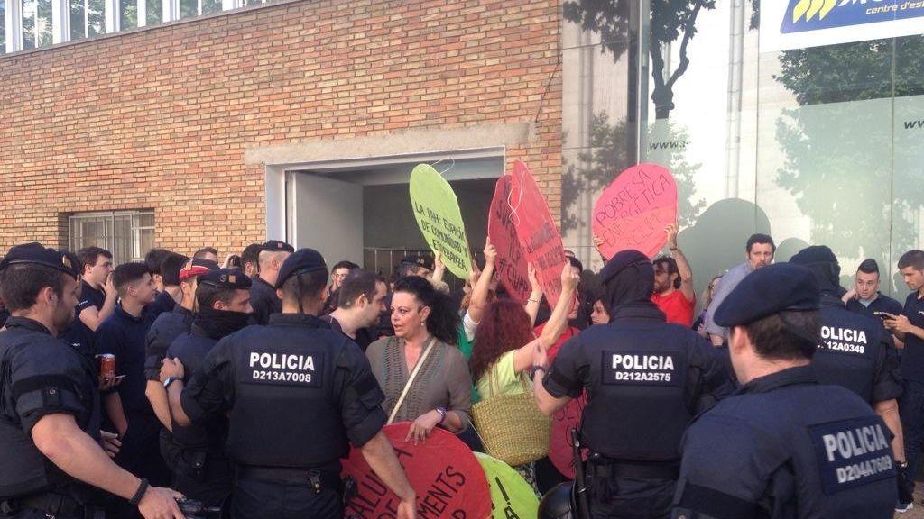 Un activista de la PAH corre hacia Rajoy para entregarle una carta