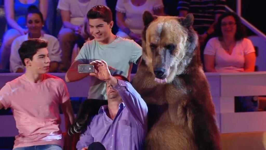 Los 'Gemeliers' se hacen un selfie con… ¡un oso de 300 kilos!