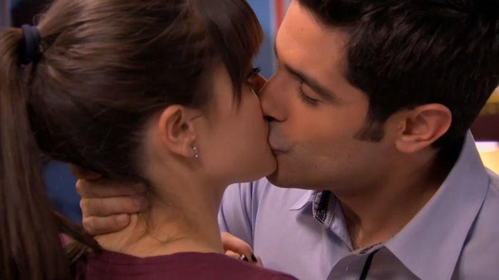 Rodrigo besa a Bea… ¡y ella le confiesa que le gustan las mujeres!