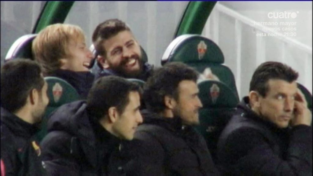 Luis Enrique recupera la sonrisa en el banquillo por las bromas de Piqué