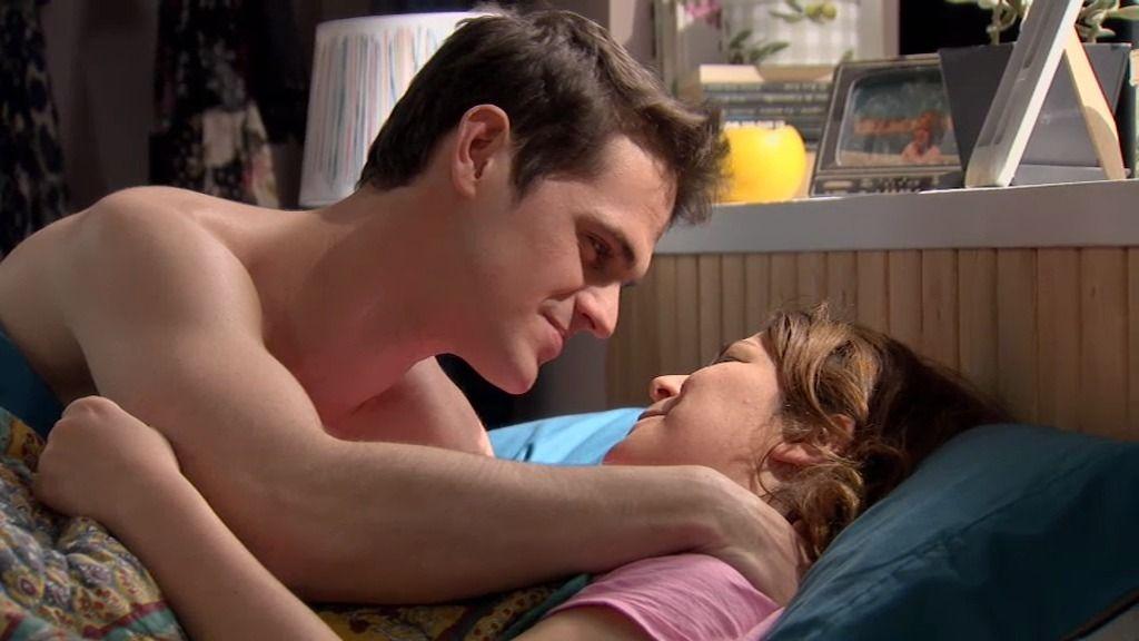 Besos y masajes por la mañana: Lucía se despierta con Víctor