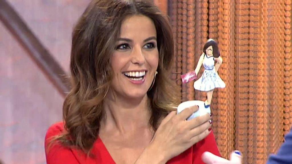 Marta Torné, encantada con su muñequito fallero