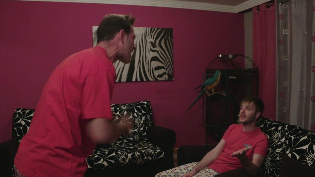Jonatan llega a casa por la noche y estalla porque Marcos no ha preparado la cena