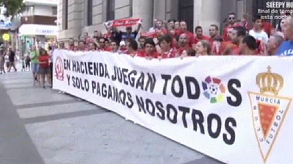 La afición del Real Murcia se manifiesta a las  puertas de la delegación de hacienda