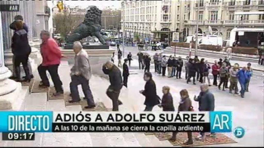 Miles de ciudadanos despiden a Suárez