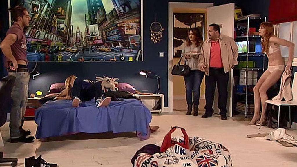 Judith, Rebeca y Michel, pillados en la cama
