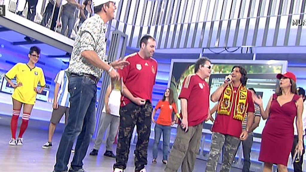 Ana Rosa y sus chicos se preparan para animar a 'La Roja' con 'La banda del capitán canalla'