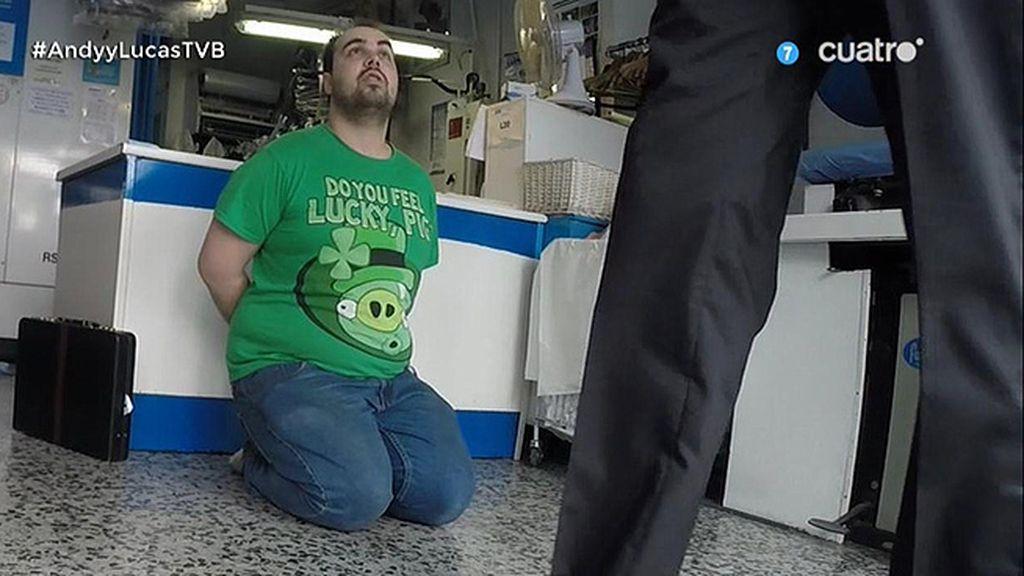 Javier Abascal simula detener al dependiente de una tintorería