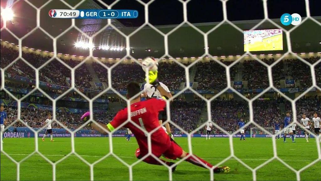 Se llama Gianluigi, se apellida Buffon y por paradas como ésta es una leyenda del fútbol