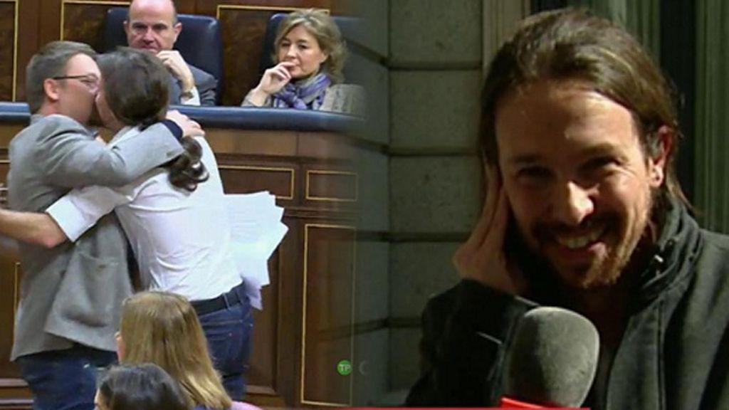 """Pablo Iglesias bromea con su beso a Xavier Domènech: """"Los besos, cuando son apasionados, no se improvisan"""""""