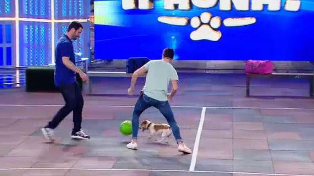 'Guti', un maestro del balón que se enfrenta a uno de los 'Gemeliers'