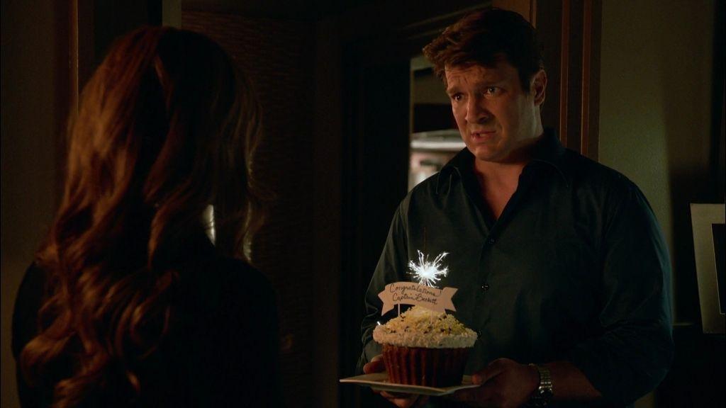 Castle sorprende a Beckett con un regalo dentro de un pastel