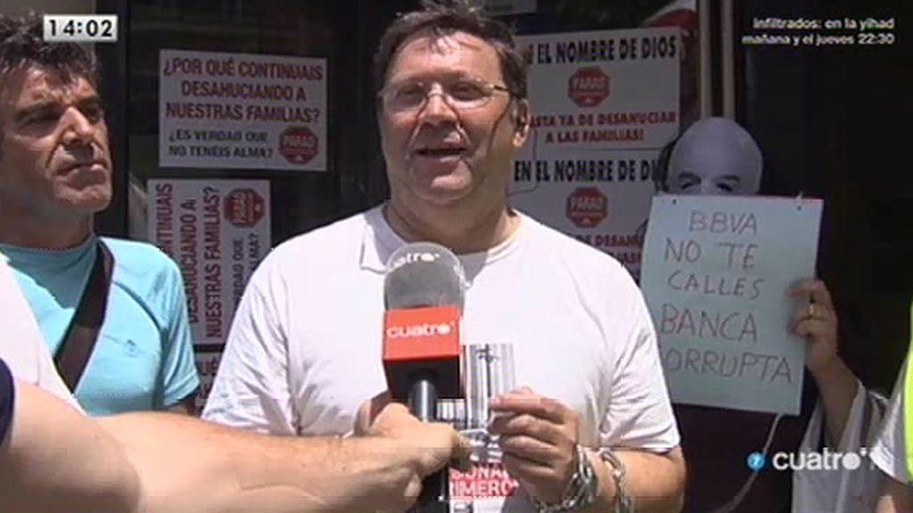 El sacerdote 'antidesahucios' se encadena en un banco para reclamar que negocie