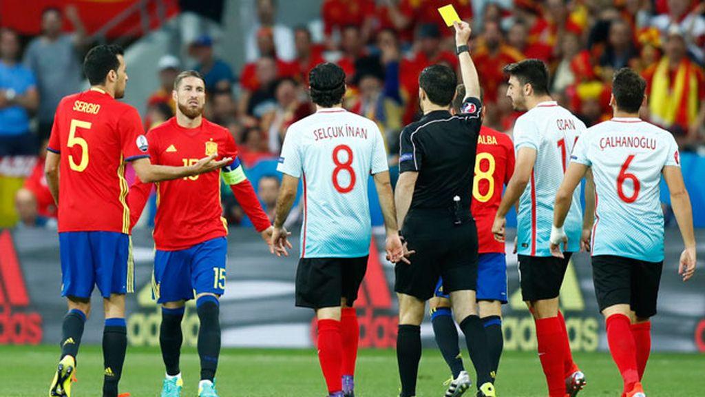 Sergio Ramos se lleva la primera amarilla del partido en el minuto uno