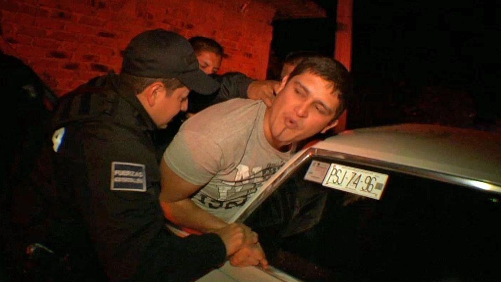 Un conductor borracho tiene que ser reducido por la policía de México