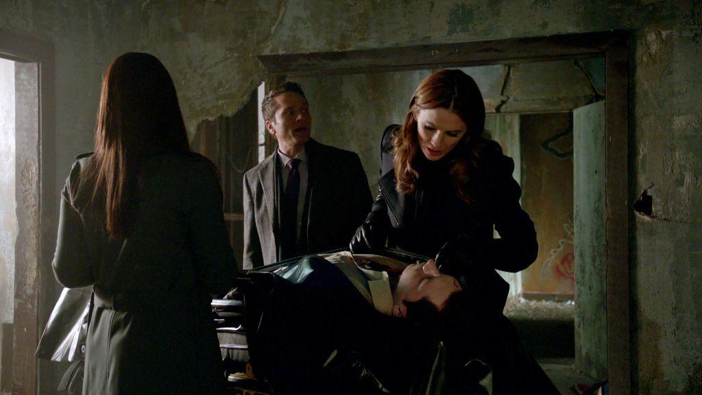 Beckett encuentra una sospechosa mancha de tinta en la camisa de la víctima