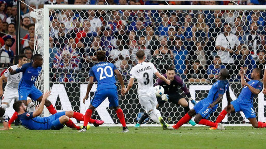 ¡Gran ocasión para Albania! Lenjani remató un córner que rechazó un defensa francés