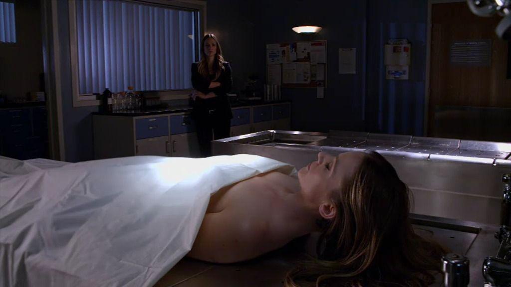 Los agentes Reid y J.J. analizan el cadáver de la primera víctima congelada