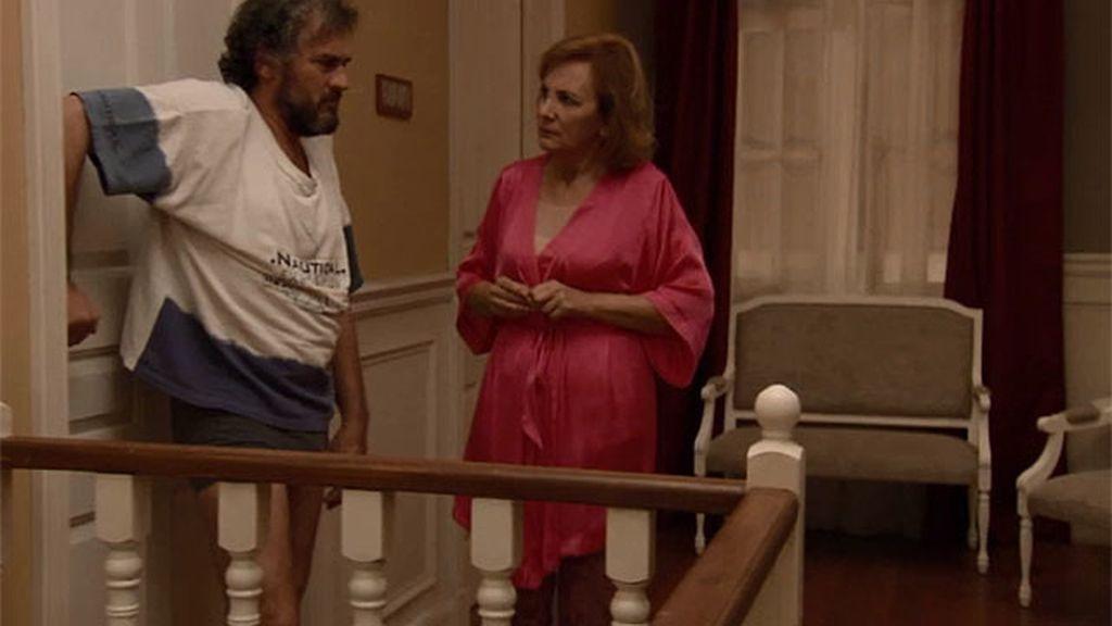 Ángel quiere que Maruchi se arrastre por haberle dejado en el calabozo con Piluca