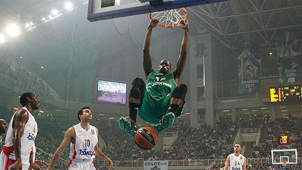 El Panathinaikos vence con suspense al Olympiacos en el duelo griego (66-62)