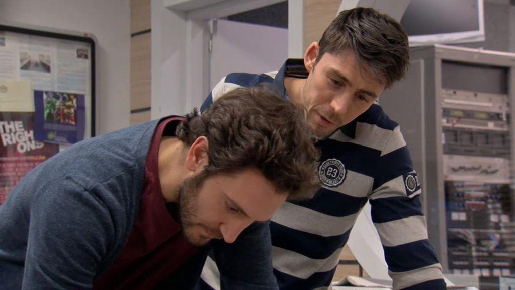 Sergio escribe las cartas de amor de Raúl, sin saber que son para Natalia