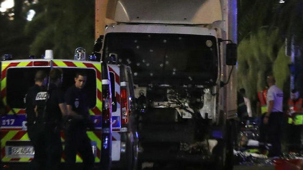 El fatídico momento en el que el camión atropella a una multitud en Niza