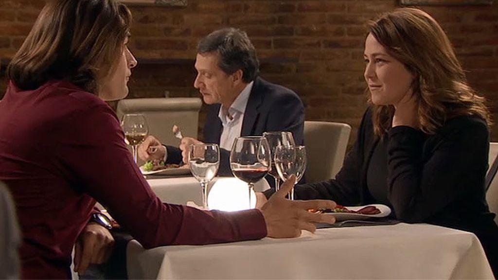 Moisés y Lucía tienen una cena muy romántica... y con susto incluido