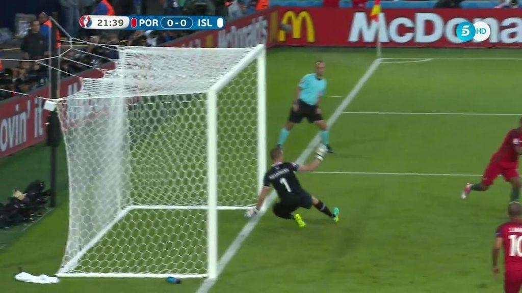 Tremendos reflejos de Halldorsson para evitar el gol cantado de Nani