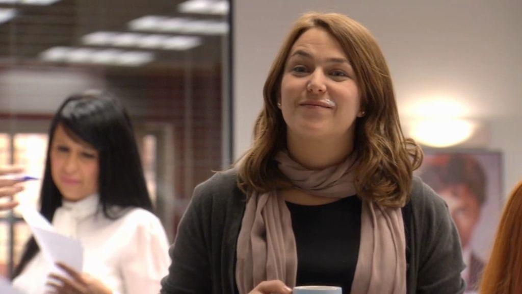 Lucía se queda embobada mirando a Carlos…con espuma de café en el bigote