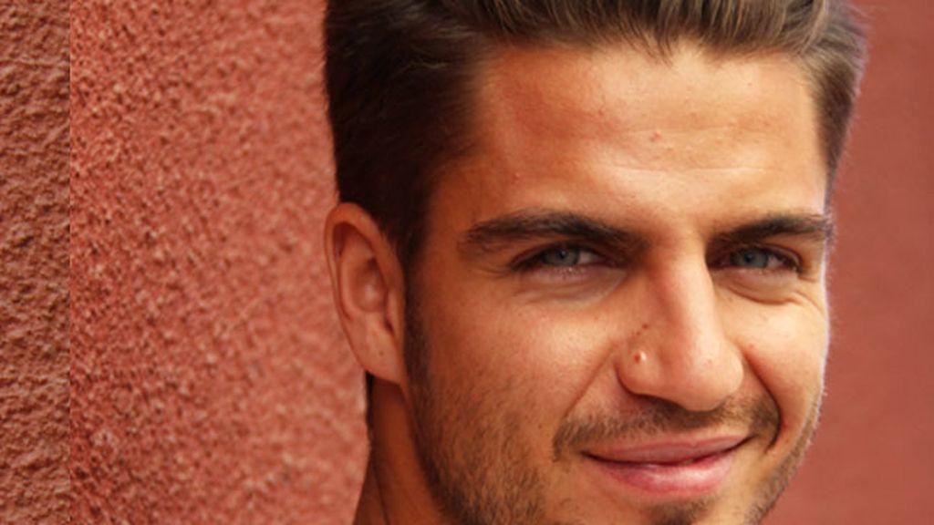 De asesinos, motos y trucos de belleza: entrevistamos a Maxi Iglesias (y a sus ojazos)